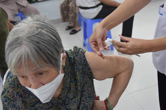Tiêm vaccine COVID-19 đảm bảo an toàn cho người già, người có bệnh nền - Ảnh 2.