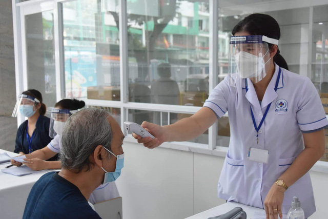 TP. Hồ Chí Minh tiêm vaccine phòng COVID-19 cho người trên 65 tuổi - Ảnh 5.