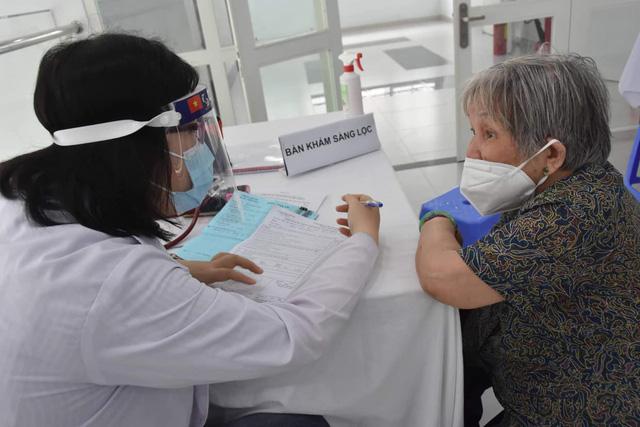 TP. Hồ Chí Minh tiêm vaccine phòng COVID-19 cho người trên 65 tuổi - Ảnh 8.