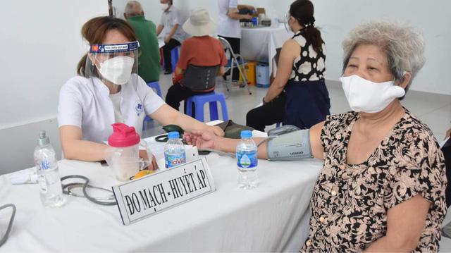 TP. Hồ Chí Minh tiêm vaccine phòng COVID-19 cho người trên 65 tuổi - Ảnh 7.