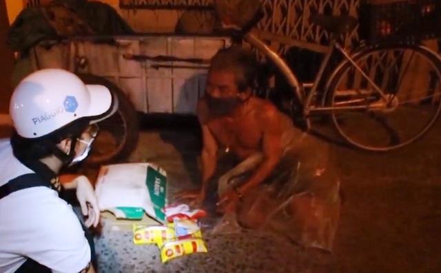 Trao tặng 1.000 phần quà mỗi tối cho người vô gia cư - Ảnh 1.