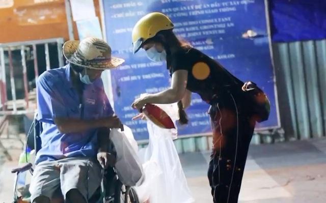 Trao tặng 1.000 phần quà mỗi tối cho người vô gia cư - Ảnh 2.