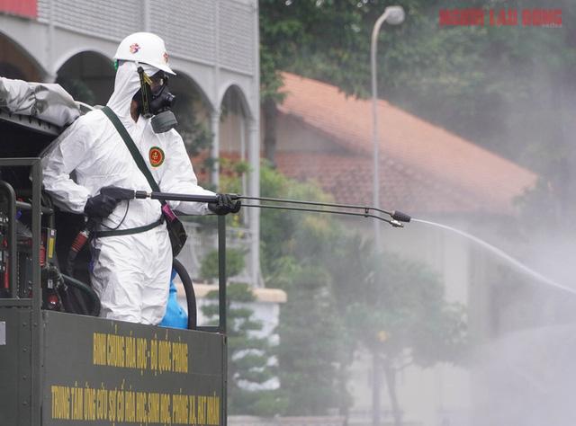 TP Hồ Chí Minh dùng 6 tấn hóa chất để phun khử khuẩn toàn thành phố - Ảnh 1.