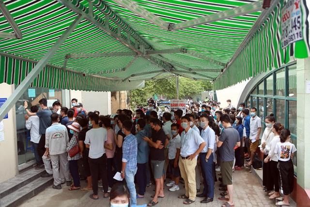 Bất chấp dịch COVID-19, nhiều người Hà Nội vẫn ra ngoài tập thể dục, chen chúc xét nghiệm - Ảnh 2.