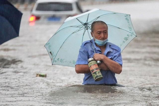 Hàng chục nghìn công nhân lắp ráp iPhone phải nghỉ việc vì lũ lụt lịch sử - Ảnh 2.