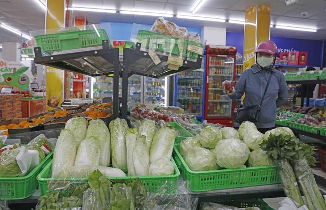 Siêu thị Hà Nội tăng gấp 3 lượng hàng, hết cảnh chen lấn mua đồ tích trữ - Ảnh 1.