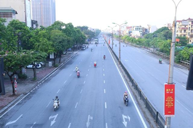 Giao thông Hà Nội thông thoáng trong ngày đầu thực hiện giãn cách xã hội theo nguyên tắc của Chỉ thị 16 - Ảnh 9.