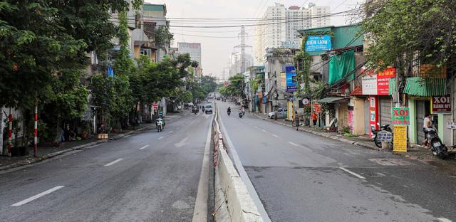 Giao thông Hà Nội thông thoáng trong ngày đầu thực hiện giãn cách xã hội theo nguyên tắc của Chỉ thị 16 - Ảnh 8.