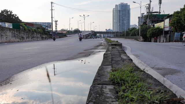 Giao thông Hà Nội thông thoáng trong ngày đầu thực hiện giãn cách xã hội theo nguyên tắc của Chỉ thị 16 - Ảnh 7.