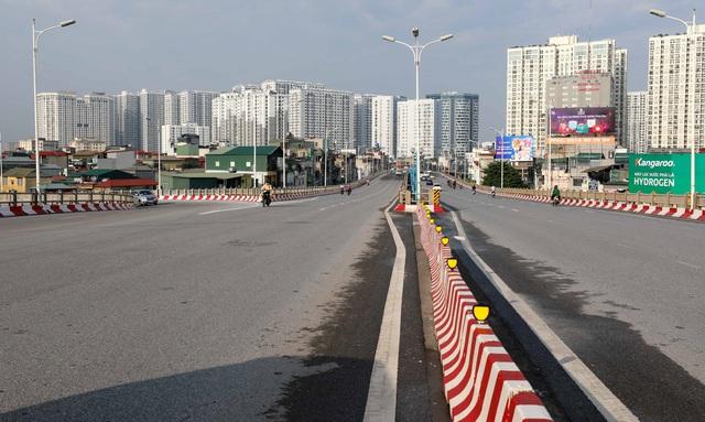 Giao thông Hà Nội thông thoáng trong ngày đầu thực hiện giãn cách xã hội theo nguyên tắc của Chỉ thị 16 - Ảnh 6.