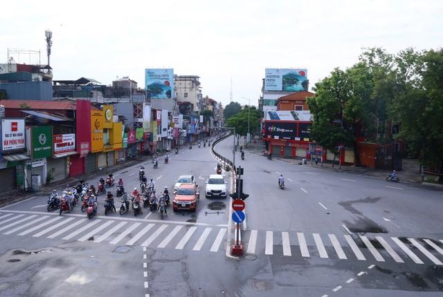 Giao thông Hà Nội thông thoáng trong ngày đầu thực hiện giãn cách xã hội theo nguyên tắc của Chỉ thị 16 - Ảnh 4.