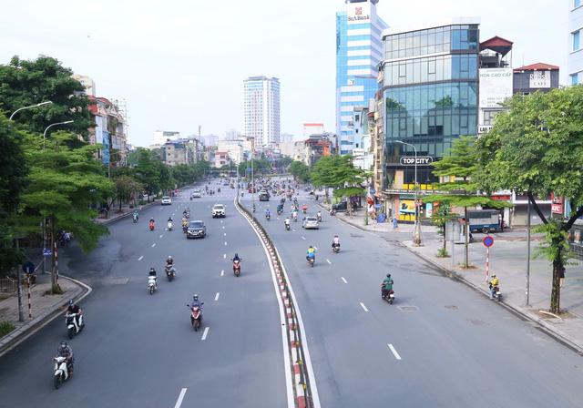 Giao thông Hà Nội thông thoáng trong ngày đầu thực hiện giãn cách xã hội theo nguyên tắc của Chỉ thị 16 - Ảnh 3.