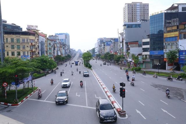 Giao thông Hà Nội thông thoáng trong ngày đầu thực hiện giãn cách xã hội theo nguyên tắc của Chỉ thị 16 - Ảnh 2.