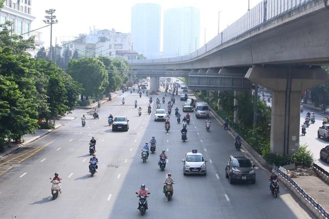 Giao thông Hà Nội thông thoáng trong ngày đầu thực hiện giãn cách xã hội theo nguyên tắc của Chỉ thị 16 - Ảnh 1.