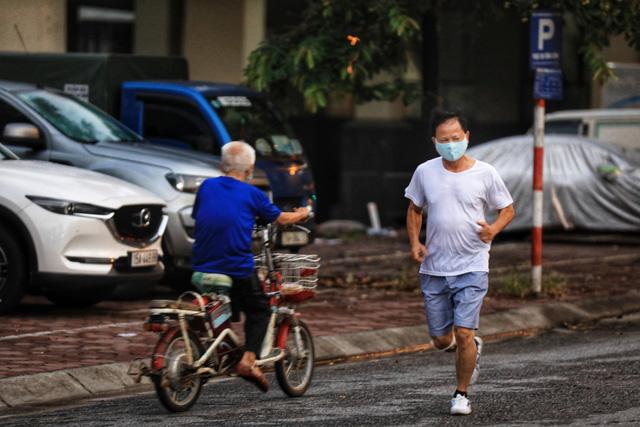 Bất chấp dịch COVID-19, nhiều người Hà Nội vẫn ra ngoài tập thể dục, chen chúc xét nghiệm - Ảnh 1.