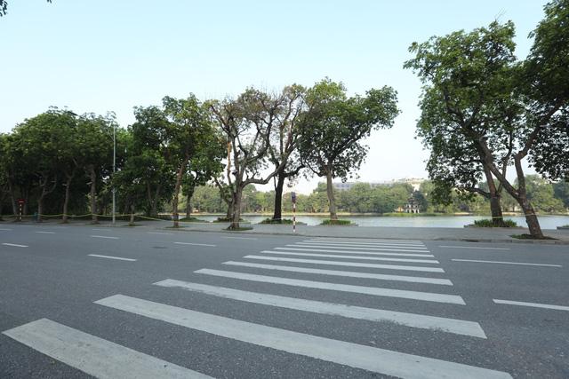 Giao thông Hà Nội thông thoáng trong ngày đầu thực hiện giãn cách xã hội theo nguyên tắc của Chỉ thị 16 - Ảnh 11.