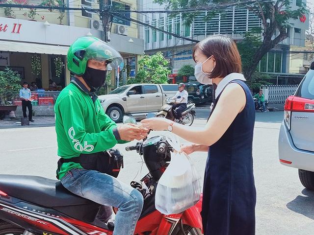 Hà Nội: Shipper của bưu chính, siêu thị được phép hoạt động sau khi đăng ký - Ảnh 1.