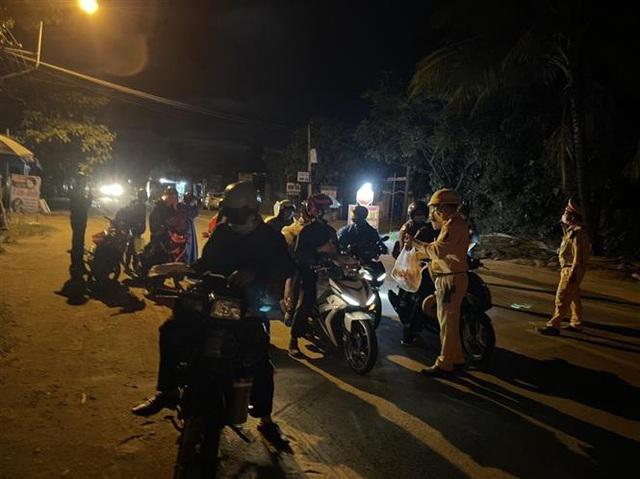 Cảnh sát giao thông dẫn đường đưa hàng chục ngàn người dân từ TP Hồ Chí Minh và các tỉnh lân cận về quê - Ảnh 1.
