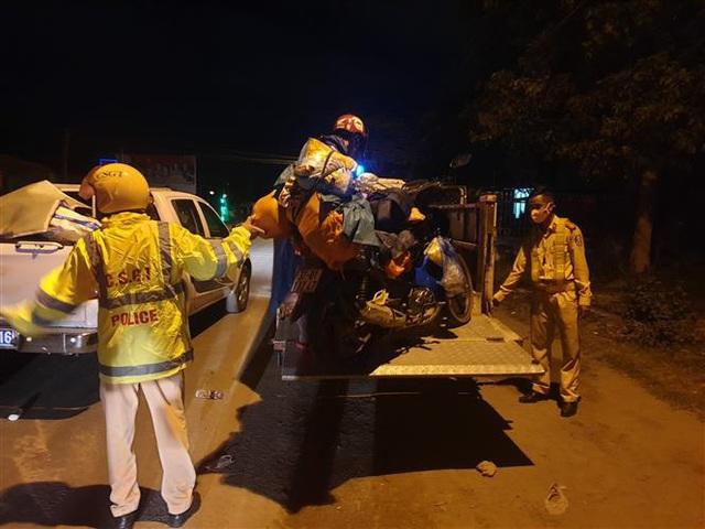Cảnh sát giao thông dẫn đường đưa hàng chục ngàn người dân từ TP Hồ Chí Minh và các tỉnh lân cận về quê - Ảnh 2.