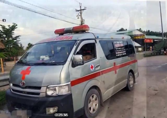 Dùng xe cứu thương chở người né chốt kiểm dịch - Ảnh 1.
