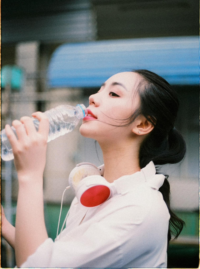 Quỳnh Kool hóa nữ sinh xinh đẹp trong bộ ảnh đón tuổi 26 - Ảnh 4.