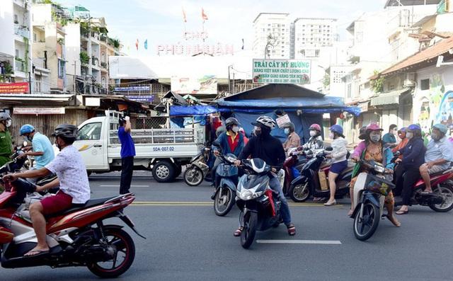 Hàng loạt siêu thị ở TP Hồ Chí Minh thông báo đóng cửa trước 18h - Ảnh 1.