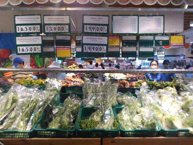 TP Hồ Chí Minh: Người dân lại đến siêu thị gom hàng trước ngày phát phiếu đi chợ - Ảnh 1.