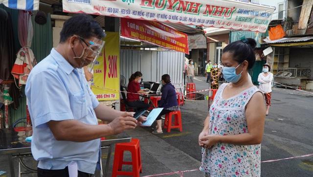 TP Hồ Chí Minh: Người dân lại đến siêu thị gom hàng trước ngày phát phiếu đi chợ - Ảnh 2.