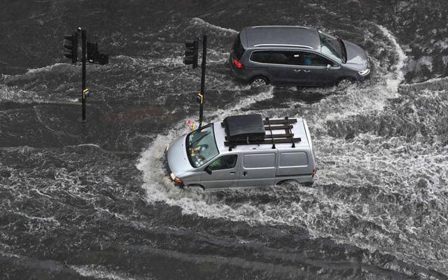 9 người thiệt mạng do lở đất tại Ấn Độ, mưa lớn gây ngập lụt tại thủ đô London - Ảnh 1.