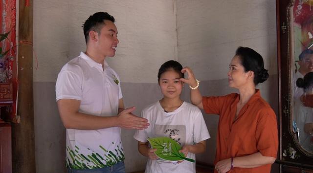 Mẹ chồng quốc dân NSND Lan Hương xúc động, ôm chặt nhân vật của Cặp lá yêu thương - Ảnh 1.