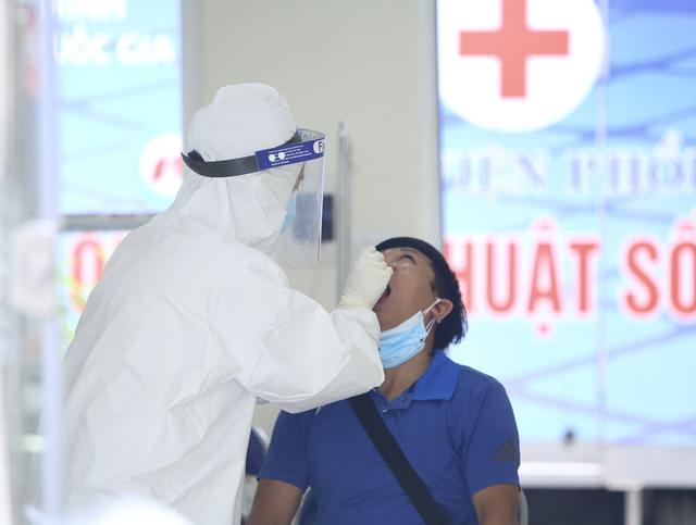 Lấy mẫu xét nghiệm COVID-19 toàn bộ nhân viên Bệnh viện Phổi Hà Nội - Ảnh 1.