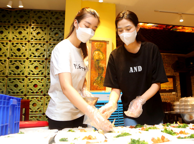 Ba Hoa hậu Đỗ Hà, Mỹ Linh, Thùy Linh mặc đồ bảo hộ phát cơm cho người nghèo - Ảnh 3.