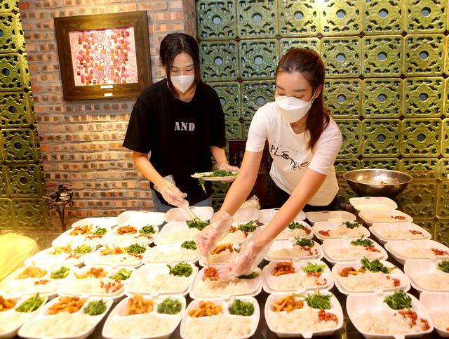 Ba Hoa hậu Đỗ Hà, Mỹ Linh, Thùy Linh mặc đồ bảo hộ phát cơm cho người nghèo - Ảnh 2.