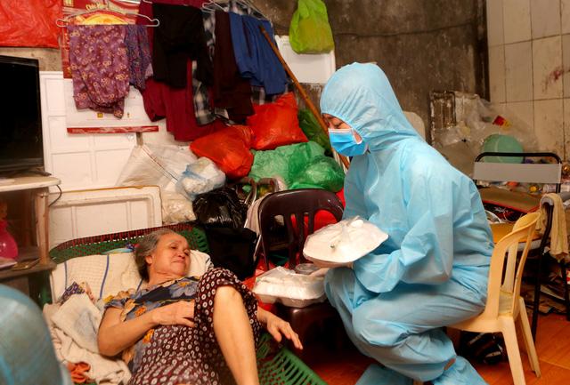 Ba Hoa hậu Đỗ Hà, Mỹ Linh, Thùy Linh mặc đồ bảo hộ phát cơm cho người nghèo - Ảnh 1.