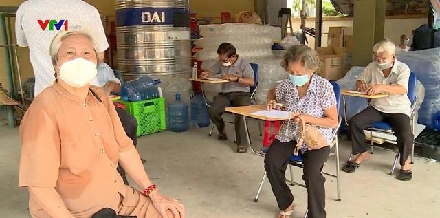 TP Hồ Chí Minh đảm bảo an toàn tiêm chủng vaccine COVID-19 - Ảnh 1.