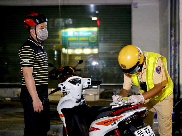 TP Hồ Chí Minh: Đêm đầu tiên thực hiện quy định không ra đường sau 18h - Ảnh 1.