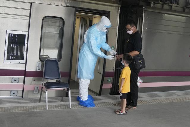 Thủ đô Bangkok của Thái Lan nỗ lực giảm tải bệnh nhân COVID-19 - Ảnh 1.