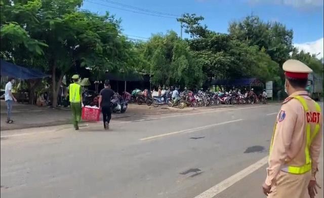 Cảnh sát giao thông phát xăng, nhu yếu phẩm miễn phí cho hàng trăm người đi đường - Ảnh 2.