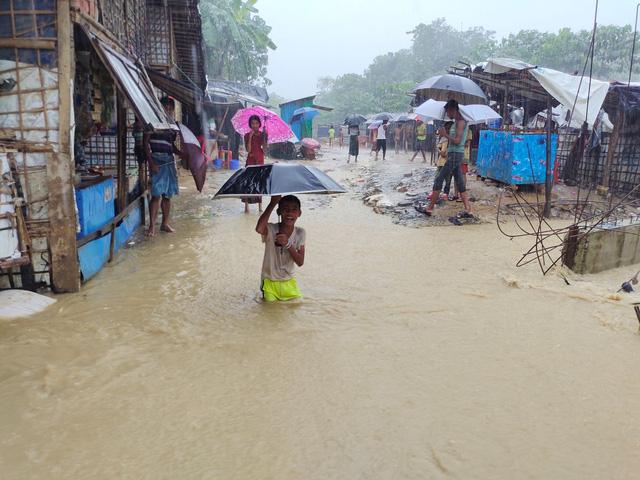 6 người thiệt mạng, hàng nghìn người phải sơ tán do lở đất ở Bangladesh - Ảnh 1.