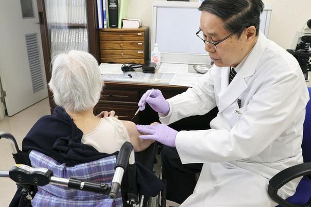 """""""Hộ chiếu vaccine"""": Chìa khoá vực dậy nền kinh tế Nhật Bản? - Ảnh 1."""