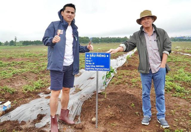 Cầu thủ Hoàng Anh Gia Lai đi trồng sầu riêng - Ảnh 1.