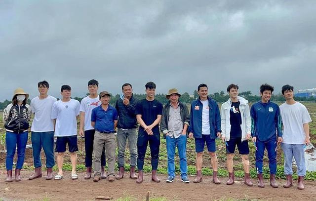 Cầu thủ Hoàng Anh Gia Lai đi trồng sầu riêng - Ảnh 11.