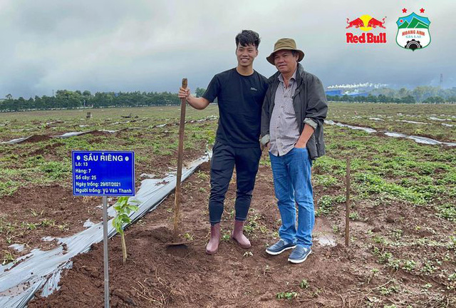 Cầu thủ Hoàng Anh Gia Lai đi trồng sầu riêng - Ảnh 4.