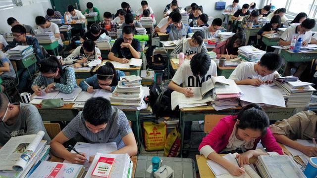 Sau công nghệ, Trung Quốc siết mạnh hoạt động dạy thêm, học thêm - Ảnh 1.