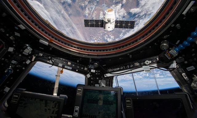 Toilet vũ trụ trên tàu SpaceX nằm trong lồng kính ngắm cảnh 360 độ - ảnh 1