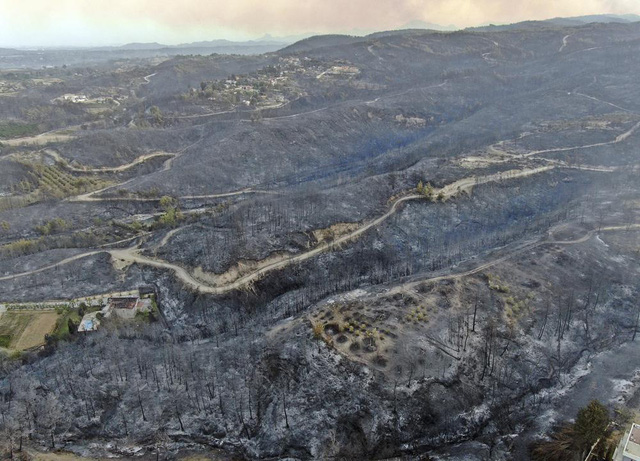 Cháy rừng ở miền Nam Thổ Nhĩ Kỳ khiến 3 người thiệt mạng, hàng chục người phải nhập viện - Ảnh 2.
