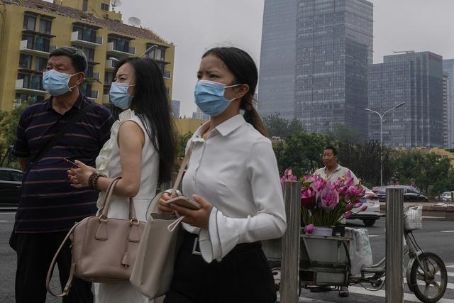 Ghi nhận hàng chục ca mắc trong cộng đồng, Trung Quốc siết chặt quản lý đi lại - Ảnh 2.