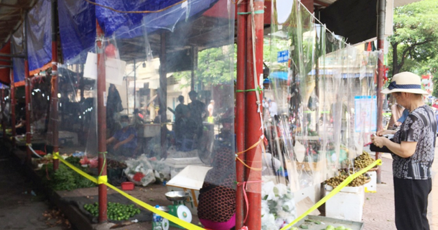 Chợ Hà Nội quây nylon phòng COVID-19 - Ảnh 1.