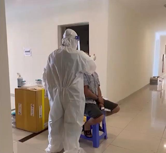 Vợ chồng F0 vừa ra viện: Các y bác sĩ tận tình chăm sóc từng bệnh nhân - Ảnh 2.