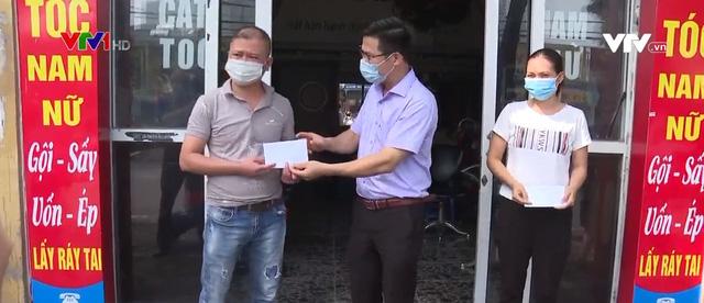 Hà Nội trao tiền hỗ trợ cho lao động tự do - Ảnh 1.
